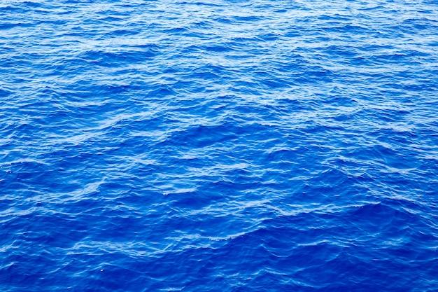 Blauw water met reflecties van de zon. zee achtergrond