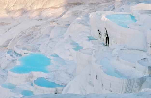 Blauw water travertijn zwembaden in de pamukkale