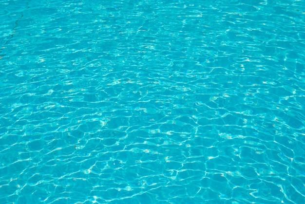 Blauw zonneschijnwater kan als achtergrond worden gebruikt