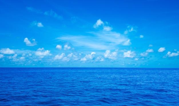 Blauw zonnig zeewateroppervlak
