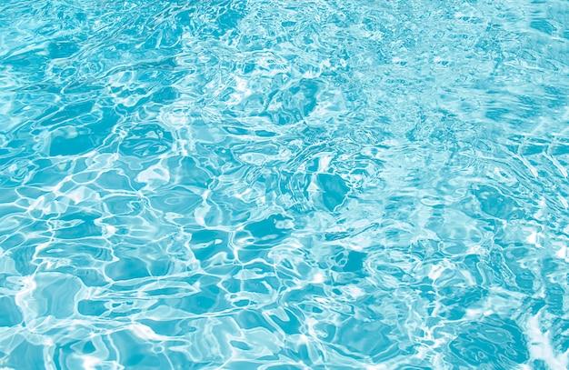 Blauw zwembad gegolfd waterdetail
