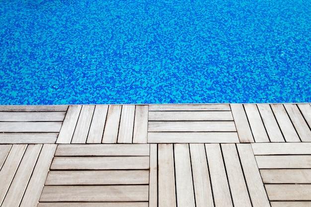 Blauw zwembadwater met zonreflecties
