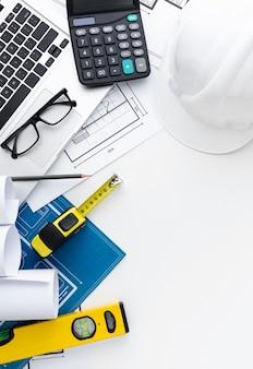 Blauwdruk arrangement met laptop en bril
