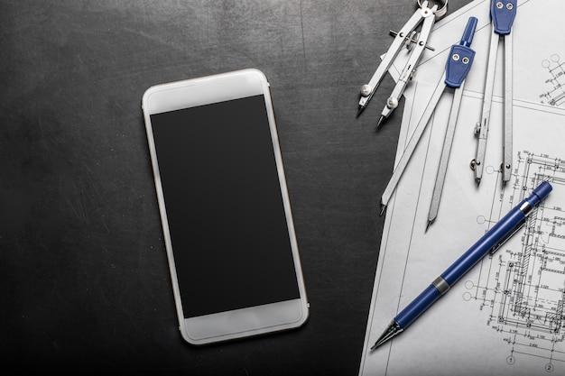 Blauwdruk en mobiele telefoon