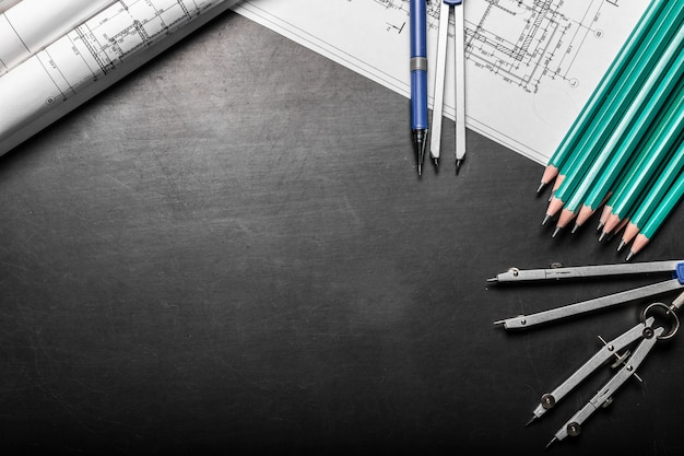 Blauwdrukken met potloden en kompassen