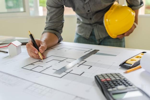 Blauwdrukken van ontwerpers en ingenieurs die op het kantoor van architecten werken.