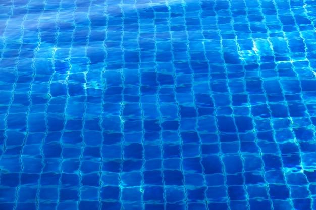 Blauwe abstracte mozaïektegels aan de onderkant van het zwembad