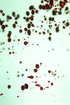 Blauwe achtergrond met bloed gekleurde druppels
