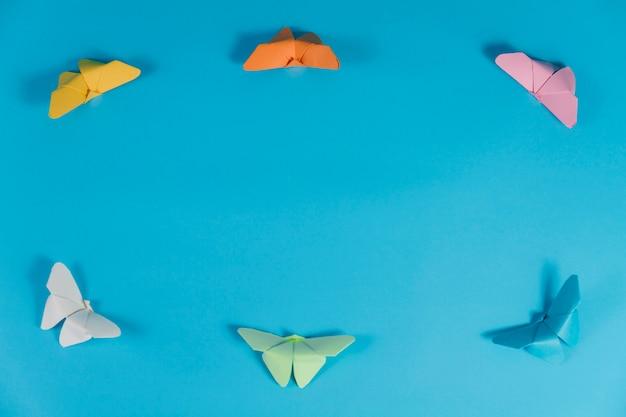 Blauwe achtergrond met frame gemaakt van vlinders