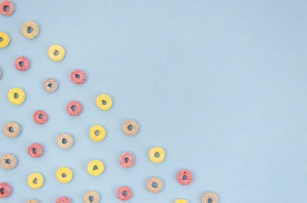 Blauwe achtergrond met fruit lus granen
