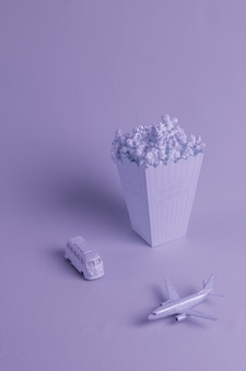 Blauwe achtergrond met popcorn en speelgoed