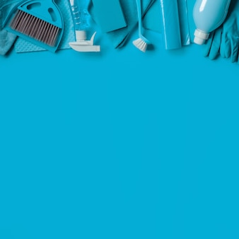 Blauwe achtergrond met reinigingsset voor het huishouden. bovenaanzicht kopieer ruimte.