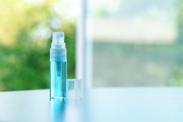 Blauwe alcohol gel spray op een onscherpe achtergrond