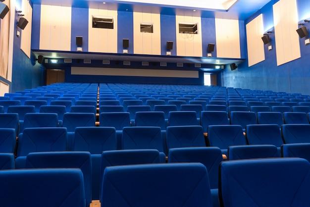 Blauwe armstoelen in de bioscoop