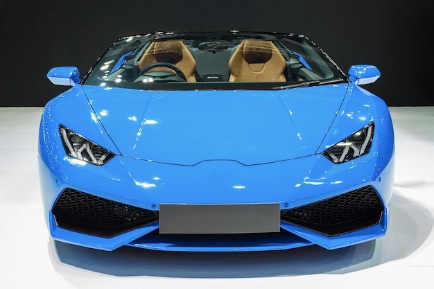 Blauwe auto die op witte achtergrond wordt geïsoleerd.