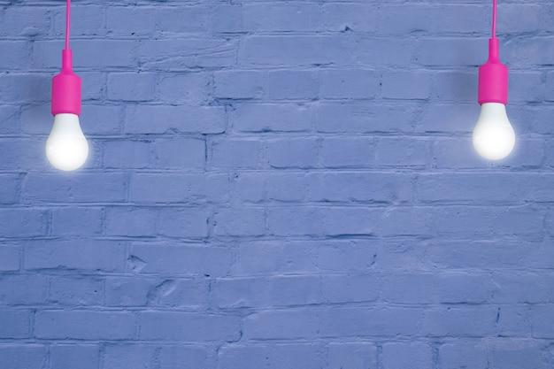 Blauwe bakstenen muur met gloeilampen. creatieve kopieerruimte voor uw tekst of afbeelding
