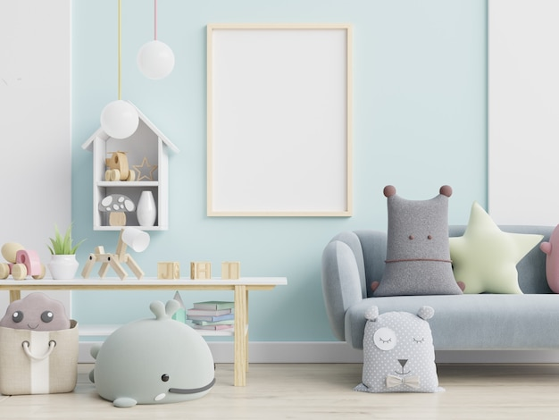 Blauwe bank en pop, schattige kussens in elegante kinderkamer met posters aan de muur.