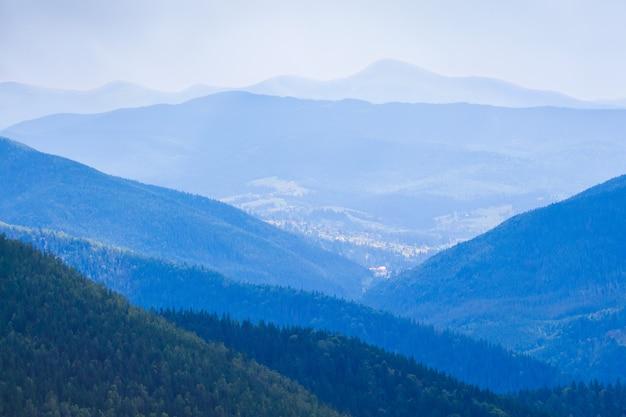 Blauwe bergen die zich op verschillende afstanden bevinden met een tonaal perspectief