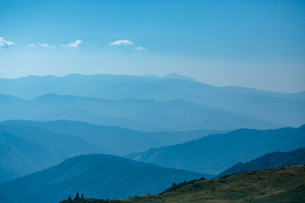 Blauwe bergen in oekraïne karpaten