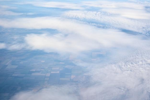 Blauwe bewolkte hemel, uitzicht vanuit het raam van het vliegtuig. luchtfoto van cloudscape