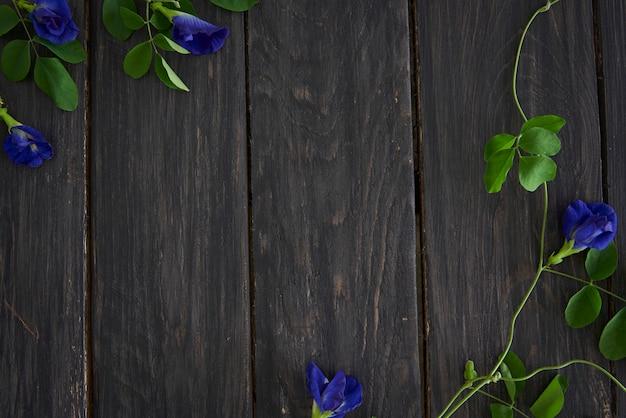 Blauwe bloemen en houten hek achtergrond