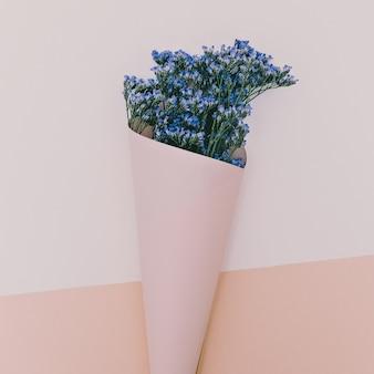 Blauwe bloemen in envelop. geur van de lente. minimalistische stijl
