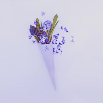 Blauwe bloemen in papieren envelop. liefde voor details. minimalistische stijl