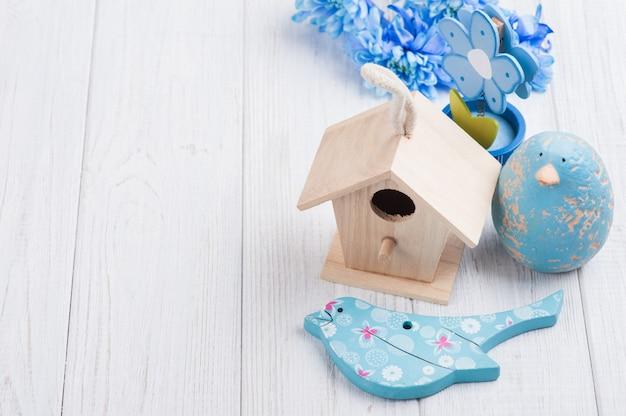 Blauwe bloemen, speelgoedvogels en vogelhuisje