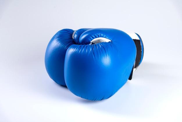 Blauwe bokshandschoenen die op witte achtergrond worden geïsoleerd