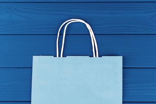 Blauwe boodschappentas op blauwe achtergrond, bovenaanzicht