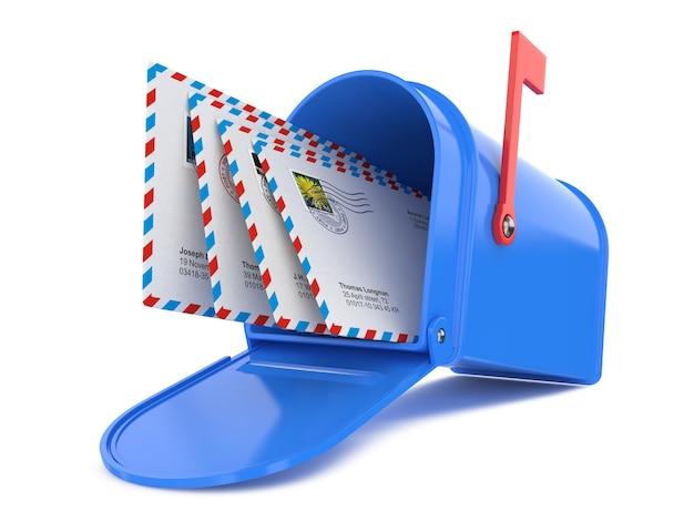 Blauwe brievenbus met mails geïsoleerd op wit