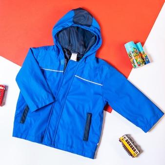 Blauwe capuchon jas geïsoleerd bovenaanzicht