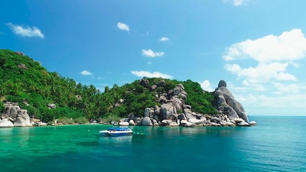 Blauwe catamaran lagune turquoise water palmbomen strand grote stenen thailand
