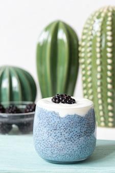 Blauwe chiazaadpudding met bramen in een glas