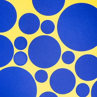 Blauwe cirkels van verschillende maten naadloze gele patroon