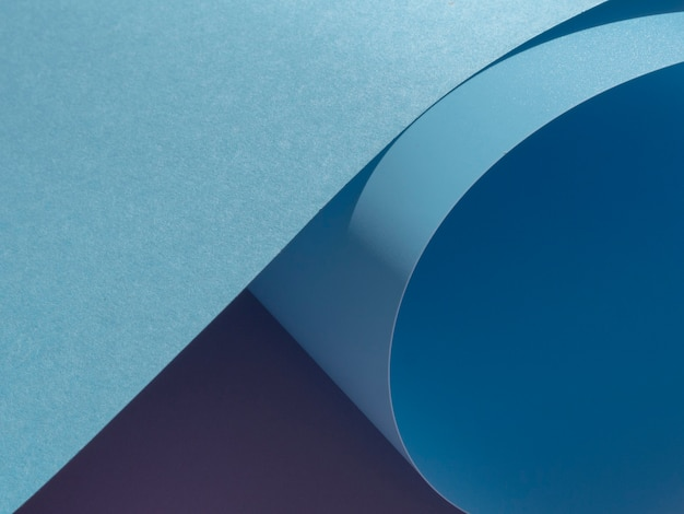 Blauwe close-up gebogen papier gesneden stijl
