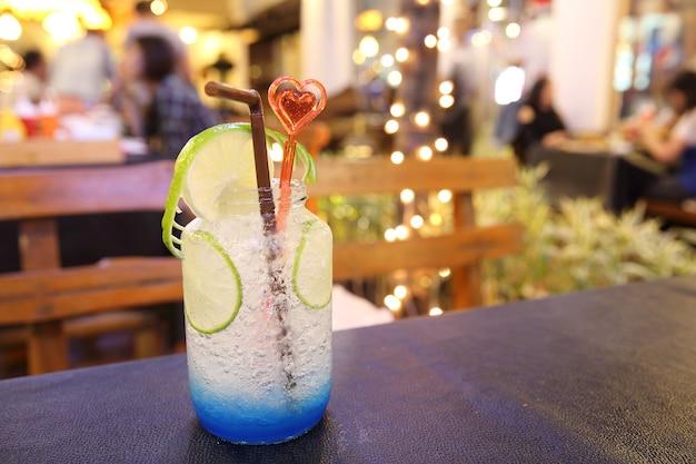Blauwe cocktail met limoen