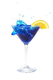 Blauwe cocktail met sinaasappel