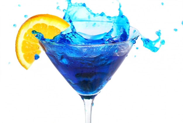 Blauwe cocktail met sinaasappel