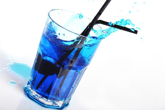Blauwe cocktail met spatten geïsoleerd op wit