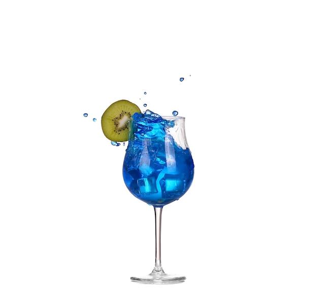Blauwe cocktail met spatten op wit