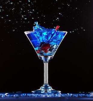 Blauwe cocktail spatten