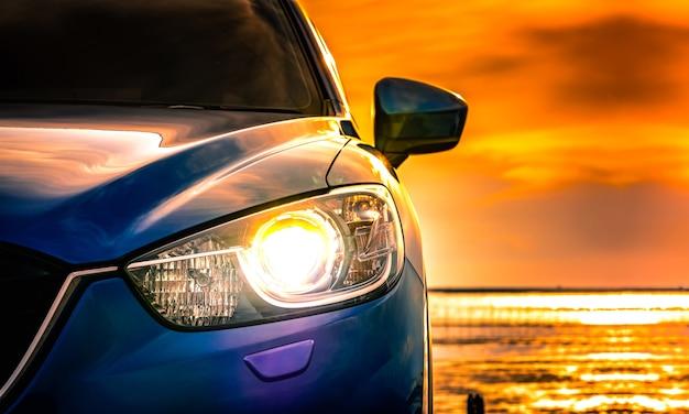 Blauwe compacte suv-auto met sport en modern ontwerp dat op concrete weg wordt geparkeerd
