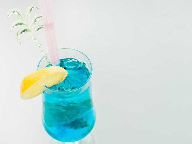 Blauwe curacao cocktail met citroen en ijs