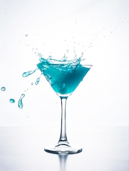 Blauwe curacao cocktail met splash