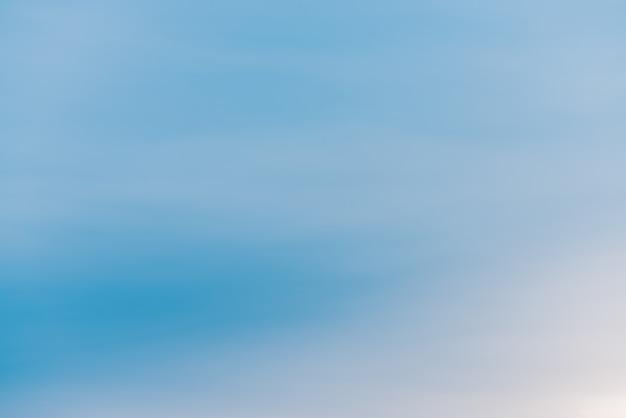 Blauwe dag heldere hemel met lichte wolken. vloeiend blauw wit verloop van de hemel. prachtig weer. achtergrond van de ochtend. hemel bij ochtend met copyspace. licht bewolkte achtergrond. sfeer van heldere dag.