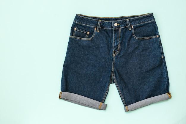 Blauwe denim short. modieuze unisex-kleding. zomer denim kleding.