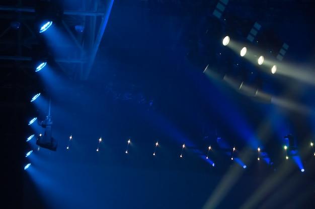 Blauwe discolichten op een clubpodium