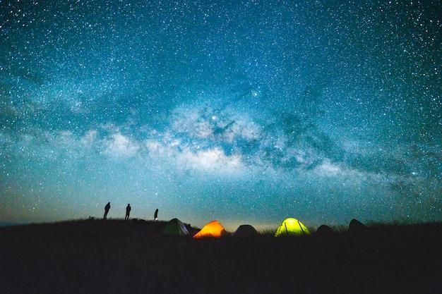 Blauwe donkere nachtelijke hemel met met ster melkweg ruimte achtergrond