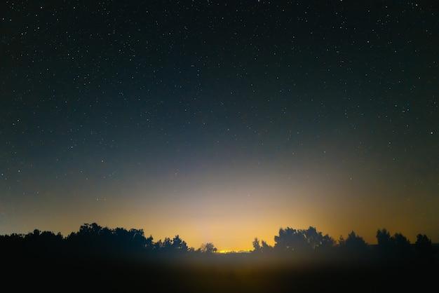 Blauwe donkere nachthemel met veel sterren. ruimte achtergrond